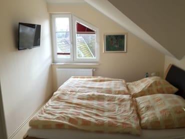 Elternschlafzimmer, links 80 cm Flachbildfernseher (FullHD)