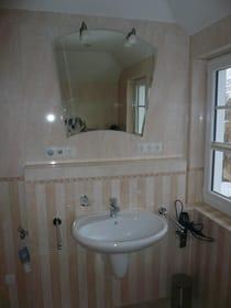 Bad im Schlafgeschoss - Waschbecken, Rasierspiegel, Badradio, Fön, rechts das Außenfenster
