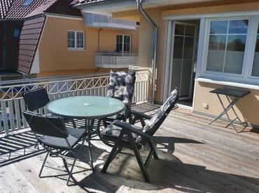 große Dachterrasse mit Möbeln (zusätzl. 2. überdachter Balkon mit Möbeln hinten - nicht sichtbar)