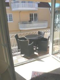 separate Terrasse zum Innenhof mit Balkonmöbel