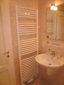 Bad im Wohngeschoss mit Waschbecken, Fußbodenheizung, Handtuchwärmer, Außenfenster (nicht zu sehen)
