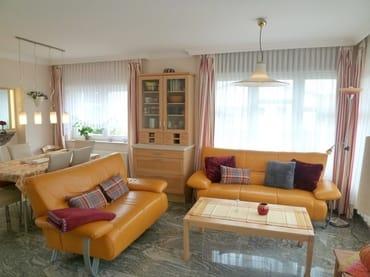 Helles, hochwertig ausgestattetes Wohnzimmer, Couchgarnitur und Essbereich aus echtem Leder, mit hochwertigem Natursteinboden