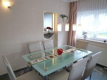 Wohnzimmer mit Stuckelementen, komfortable Ledergarnitur, Sat-TV