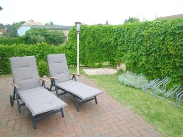 Große Terrasse, geschützt und nach Süden orientiert, mit bequemen Rollliegen und Grillmöglichkeit