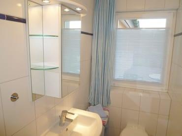 Modernes Bad mit flacher Dusche und WC