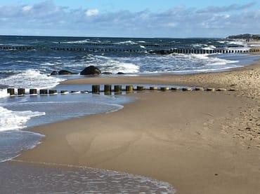 der schöne Strand im Herbst