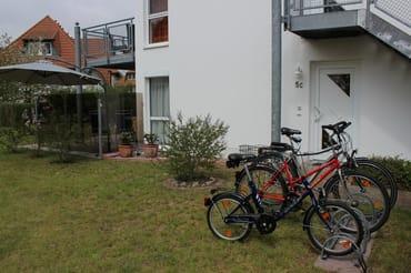 Fahrradständer vor dem Eingang