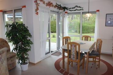Separater Eßplatz mit schöner Aussicht auf Garten und Wald, Zugang zur Terrasse