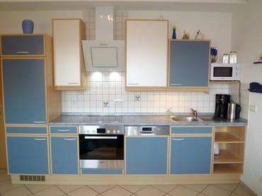 Moderne Küche mit hochwertigen und sehr leisen Geräten, Kühlschrank mit Eisfach
