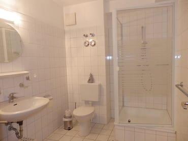 Bad mit Dusche, WC, Handwaschbecken
