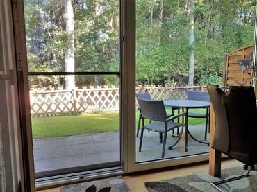 Blick vom Wohnzimmer zur Terrasse