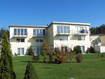Terrassenansicht der Wohnungen KWE 29 EG (links) und KWE 32 EG (rechts)
