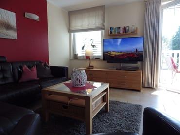 gemütliche Sitzecke mit großem Flat-TV