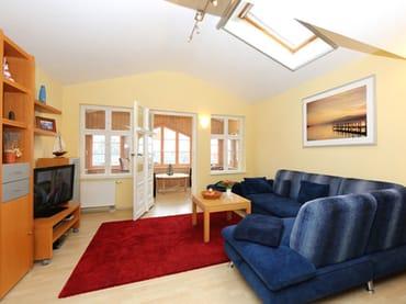 großzügiges Wohnzimmer, Sitzecke mit Schlaffunktion für 1 Person