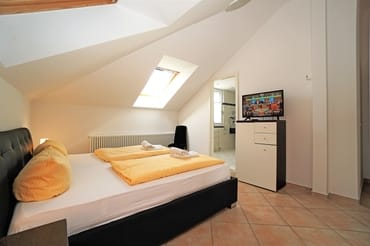 Schlafzimmer mit Blick zum Badezimmer