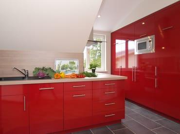Die Küche im edlen Rot bietet jeglichen Komfort u. lässt aufgrund ihrer Ausstattung(Backofen,Kühlschrank m. Gefrierfach,Geschirrspüler,Mikrowelle,Wasserkocher,Toaster,Kaffeem.)kein Wunsch offen.