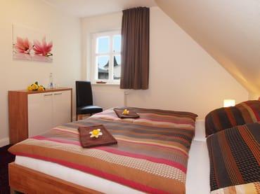 Das Appartement verfügt über zwei Schlafzimmer. Während eines der Schlafzimmer mit einem kuschligen Doppelbett (180 x 200cm / zwei getrennte Matratzen) zur Nachtruhe einlädt, ...