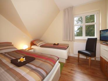 ...warten im zweiten Schlafzimmer zwei gemütliche Einzelbetten (je 80x200cm). Beide Schlafzimmer sind zusätzlich je mit Flat-TV ausgestattet. Im Wohnbereich befindet sich eine Schlafcouch.