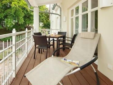 Auf dem am Wohn- u. Schlafbereich angrenzenden Balkon können Sie die Seele so richtig baumeln lassen. Ein Esstisch mit Sitzgelegenheit für bis zu vier Personen - lädt zum netten Beisammensein ein.