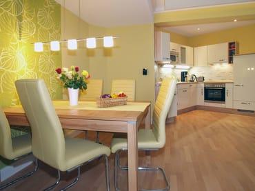 In der geschmackvoll eingerichteten Wohnung für gehobene Ansprüche existieren drei Zimmer auf insgesamt 81 qm. Im weiträumigen Wohnzimmer können Sie die Seele so richtig baumeln lassen.