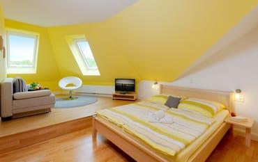 Die beiden Schlafräume verfügen über je ein Doppelbett ....