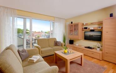 Vom Wohnzimmer ist der Zugang zum Balkon mit Südlage möglich.
