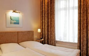 Erholsamen Schlaf versprechen zwei liebevoll eingerichtete Schlafzimmer. Besten Schlafkomfort bieten Box-Swing-Betten mit Kaltschaummatratzen mit Allergiker freundlichem Bettzeug und Auflage.