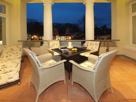 Für Romantik Pur sorgt die wunderschöne mit Säulen besetzte Veranda. Ob am Verandatisch bei einzigartiger Abendbeleuchung und einem Gläschen Wein oder beim Relaxen auf den Sonnenliegen.