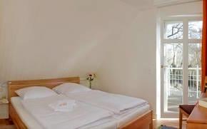 Zur Nachtruhe oder auch zum Mittagschlaf zwischendurch wartet im Schlafzimmer ein komfortables Doppelbett sowie ein Flat-TV auf Sie.