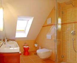 Das Badezimmer mit Fenster ist mit einer superflachen Duschtasse und einer Echtglas-Dusche ausgestattet.
