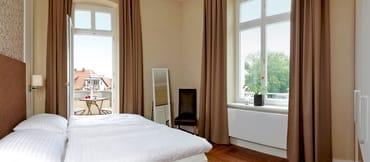 Beide Schlafzimmer sind mit einem komfortablen Boxspringbett (180 x 200cm / 160 x 200cm / zwei getrennte Matratzen) ausgestattet. Während das eine Schlafzimmer mit Balkon...