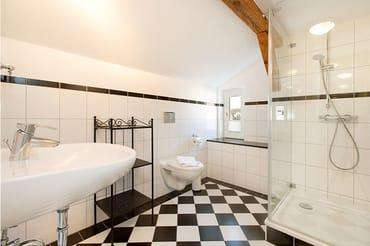 Das schicke neue Bad ist ausgestattet mit ...