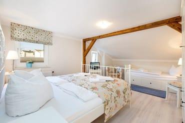 Im großen Schlafzimmer finden Sie ein Doppelbett ....
