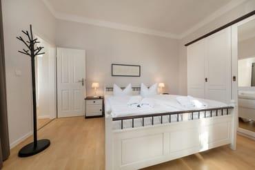 Das große Schlafzimmer mit Doppelbett ...