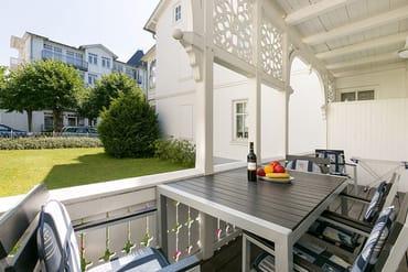 Der große und bequem möblierte Balkon ist nach Osten ausgerichtet.