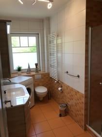 luxuriöses Bad mit Dusche