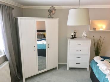 Kleiderschrank im Schlafzimmer