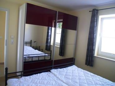 Schlafzimmer mit grßem Schrank