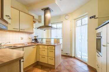 Separate Küche, komplett eingerichtet, mit kleiner Eßtheke für 2 Personen sowie angrenzendem kleinen Balkon.