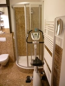 Bad mit Dusche und Sportgerät
