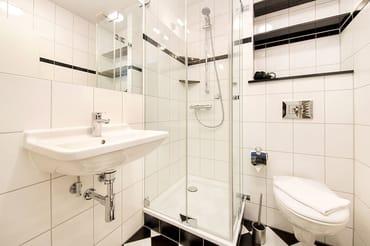 Das schicke neue Bad bietet Echtglasdusche und WC.