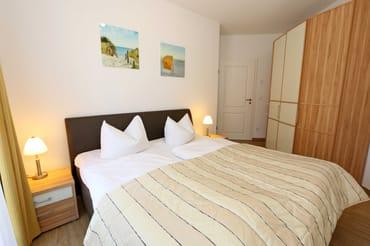 2. Schlafzimmer mit einem Doppelbett (2x 0,90 m x 2,00 m)