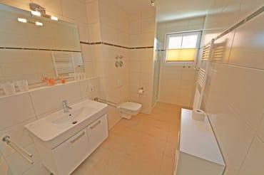 Badezimmer mit Dusche, WC, Waschbecken