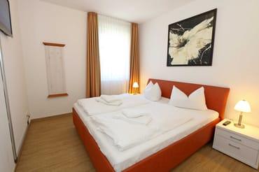 1. Schlafzimmer mit einem Doppelbett (2x 0,90 m x 2,00 m)