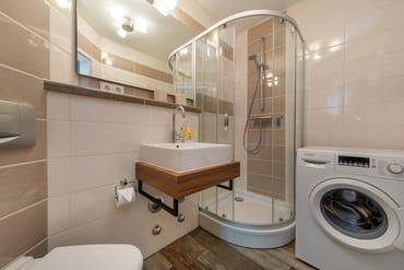 Das schöne Bad mit Dusche, WC und Waschmaschine.
