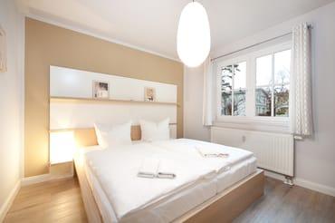 Das Schlafzimmer hat Doppelbett, Kleiderschrank  und Außenrolläden für die Verdunklung.
