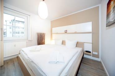 Schlafzimmer 2: mit Doppelbett, Kleiderschrank und elektrisch bedienbarem Außenrollo für die Verdunkelung.