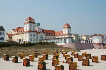 Der Strand in Binz mit Kurhaus - wir freuen uns auf Ihren Besuch!