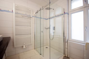 Bad mit Dusch/WC, Föhn und Waschbecken