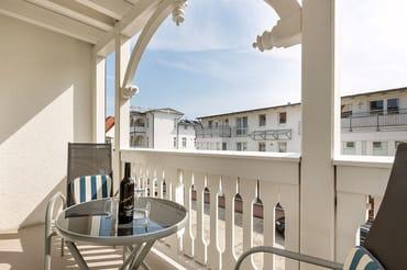 Der bequem möblierte Südost-Balkon bietet Ihnen einen kleinen seitlichen Seeblick.